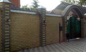 Заборы из кирпича для частных домов: красивые варианты на фото